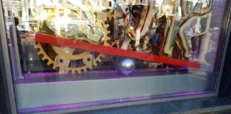 Около полугода жителей и гостей столицы радоваласкульптура мини-тортика на Крещатике.Он простоял возле магазинаRoshen с апреля, а в средине сентября исчез.