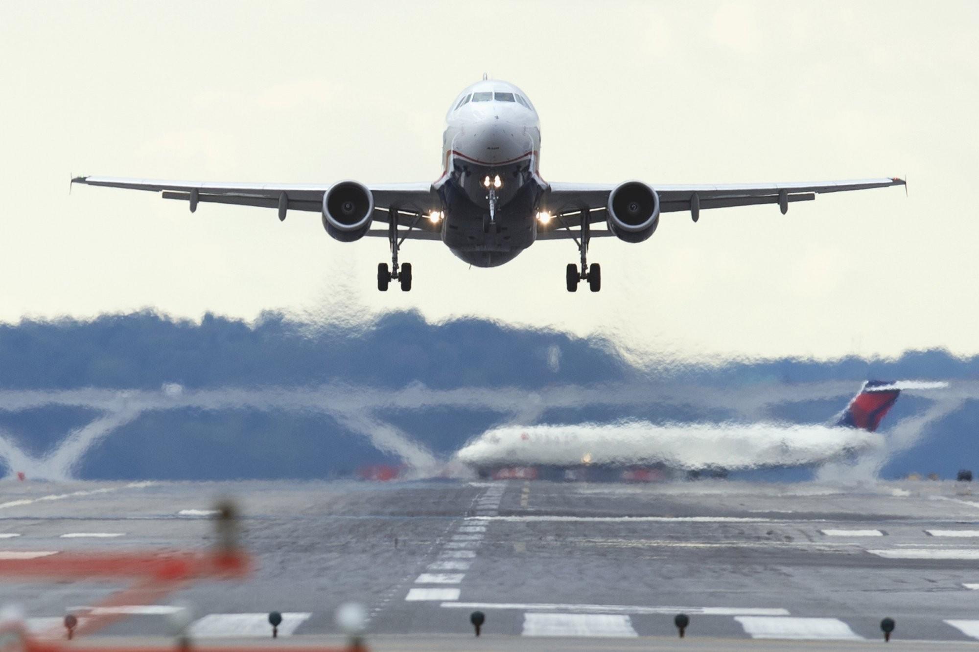 фото пассажирского самолета идет на посадку донная