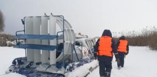 В Киеве на Днепре рыбак провалился под лед