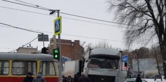 В центре Днепра грузовик протаранил трамвай, есть пострадавшая