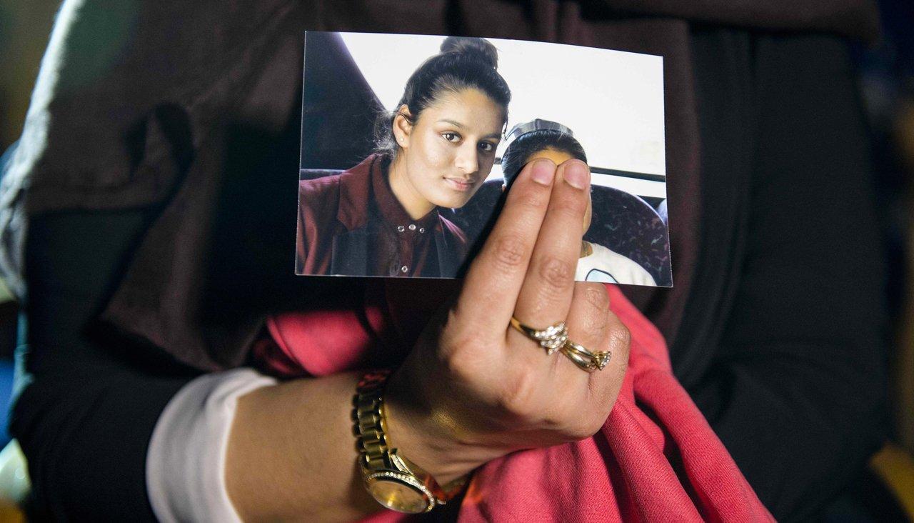 Фотография Шамимы Бегум в руке ее старшей сестры