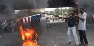на Гаити сожгли американский флаг