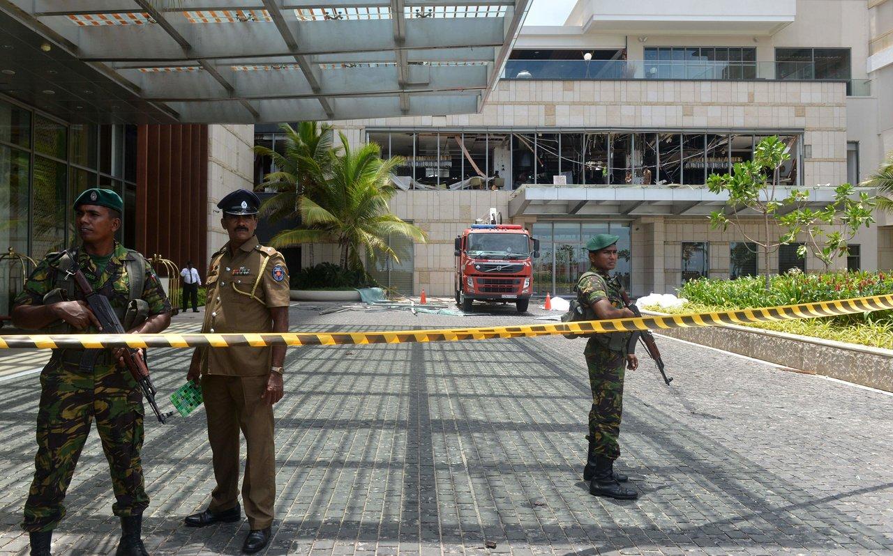 Сотрудники правоохранительных органов у входа в отель Shangri-La в Коломбо.