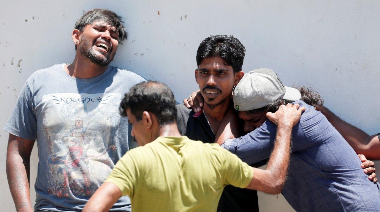 Родные погибших при взрыве в церкви святого Антония. Фото: REUTERS