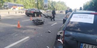 В Киеве мотоциклист влетел в припаркованный автомобиль, есть пострадавшие