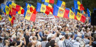 Митингующие в Кишиневе окружили здание парламента