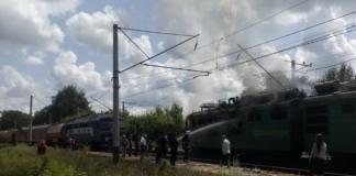 Под Харьковом на железнодорожных путях загорелся электровоз