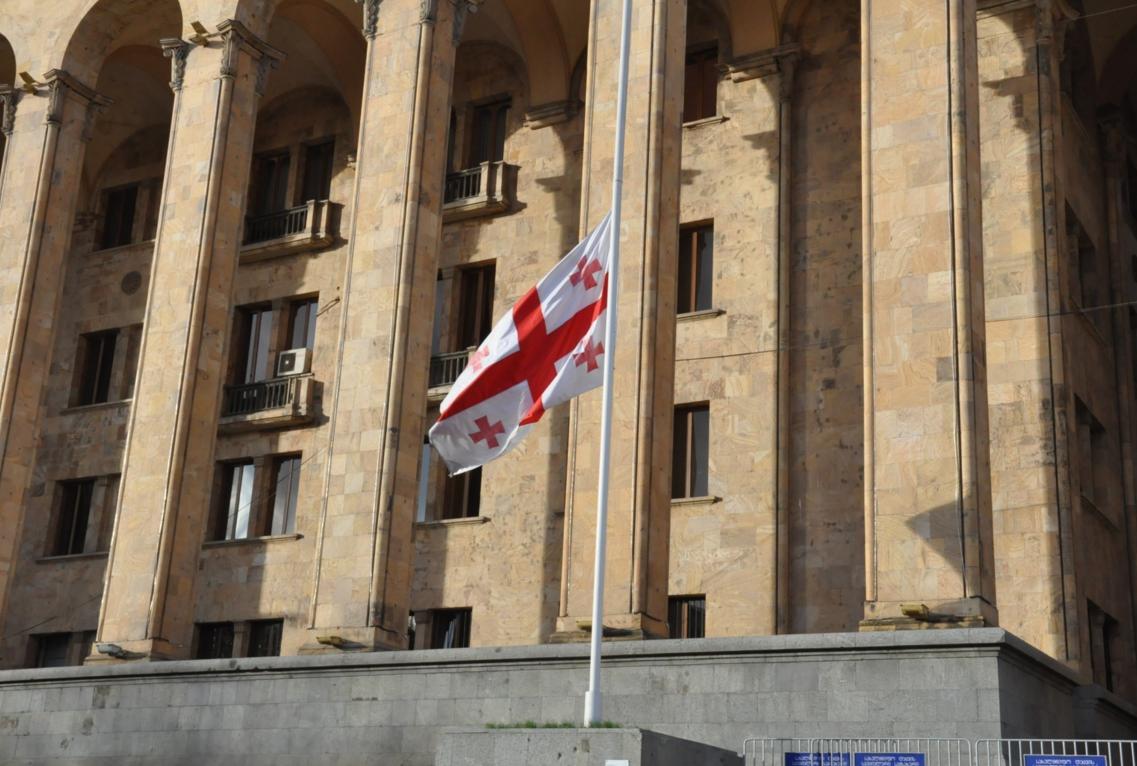 У Грузії приспустили прапори