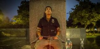 Житель Чехии приковал себя цепями к памятнику