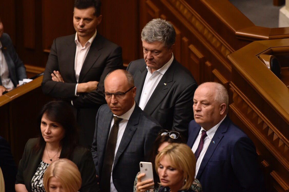 Порошенко и его фракция заблокировали трибуну из-за решения комитета по отстранению Геращенко