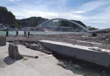 На Тайване мост с проезжающим бензовозом обрушился на лодки с рыбаками