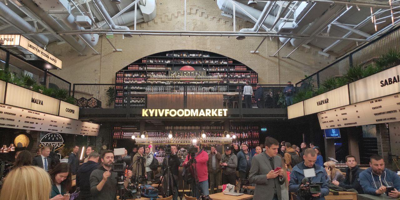 На Kyiv Food Market почали збиратися журналісти для прес-марафону Зеленського (ФОТО)