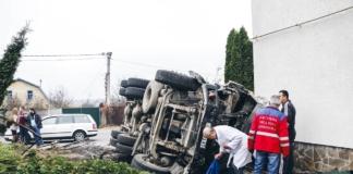 Под Киевом перевернулась бетономешалка и влетела в сельсовет