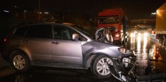 В Киеве на Выдубичах Subaru влетел под фуру: водителя госпитализировали (BИДЕО)