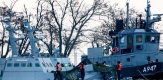 Захваченные Россией украинские корабли вывели из Керчи