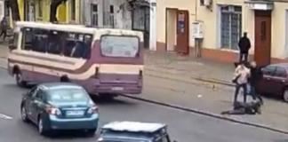 В Одессе женщина выпала на ходу из автобуса