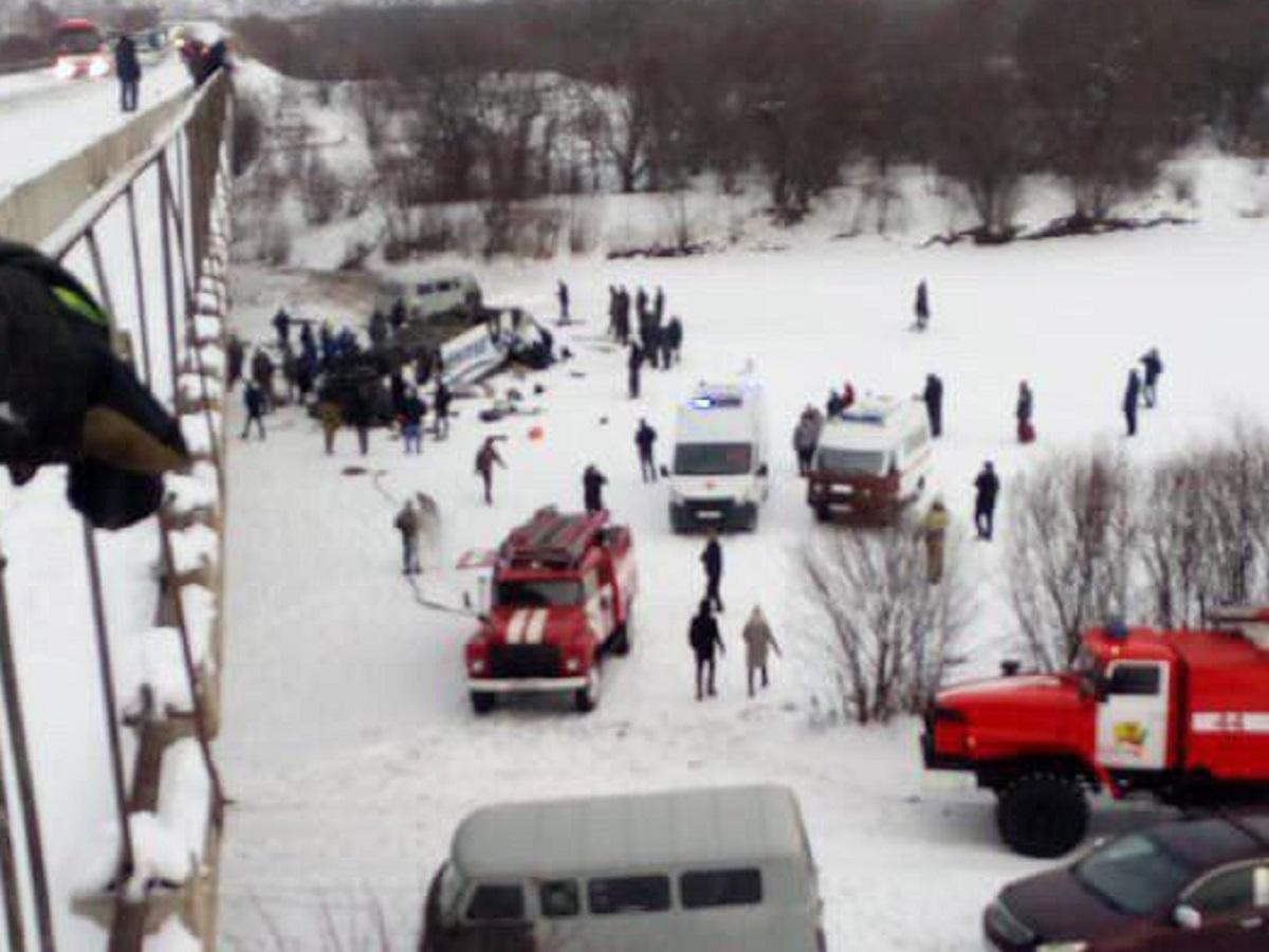В России из-за взрыва колеса автобус рухнул в реку