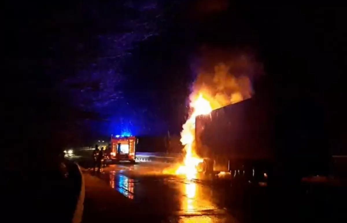 На Закарпатье во время движения загорелся грузовик