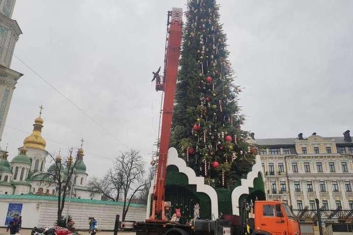 На Софийской площади в Киеве начали разбирать главную елку Украины