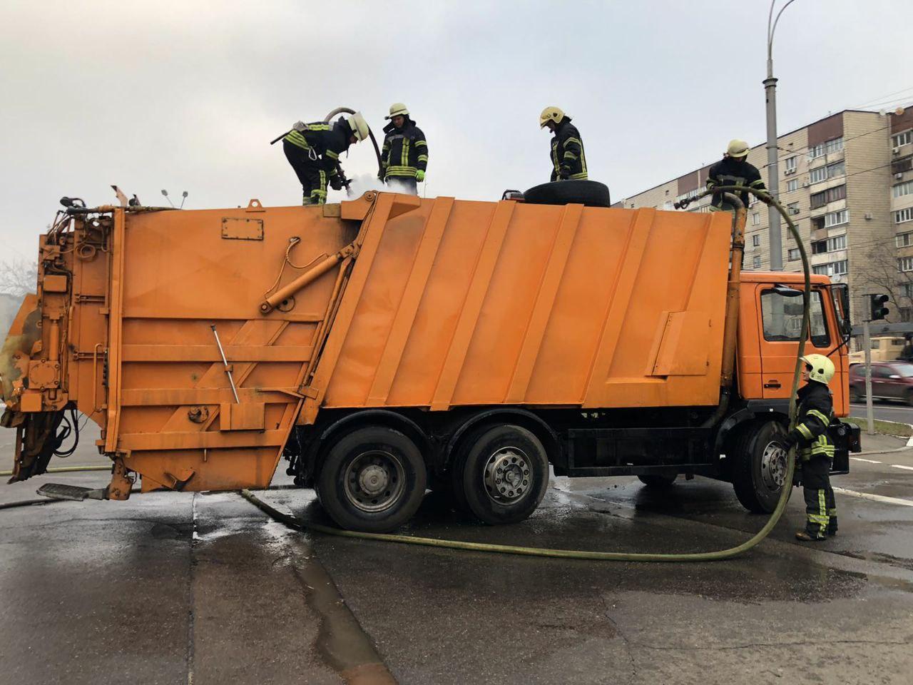 У Києві загорівся на ходу сміттєвоз сам поїхав до пожежних