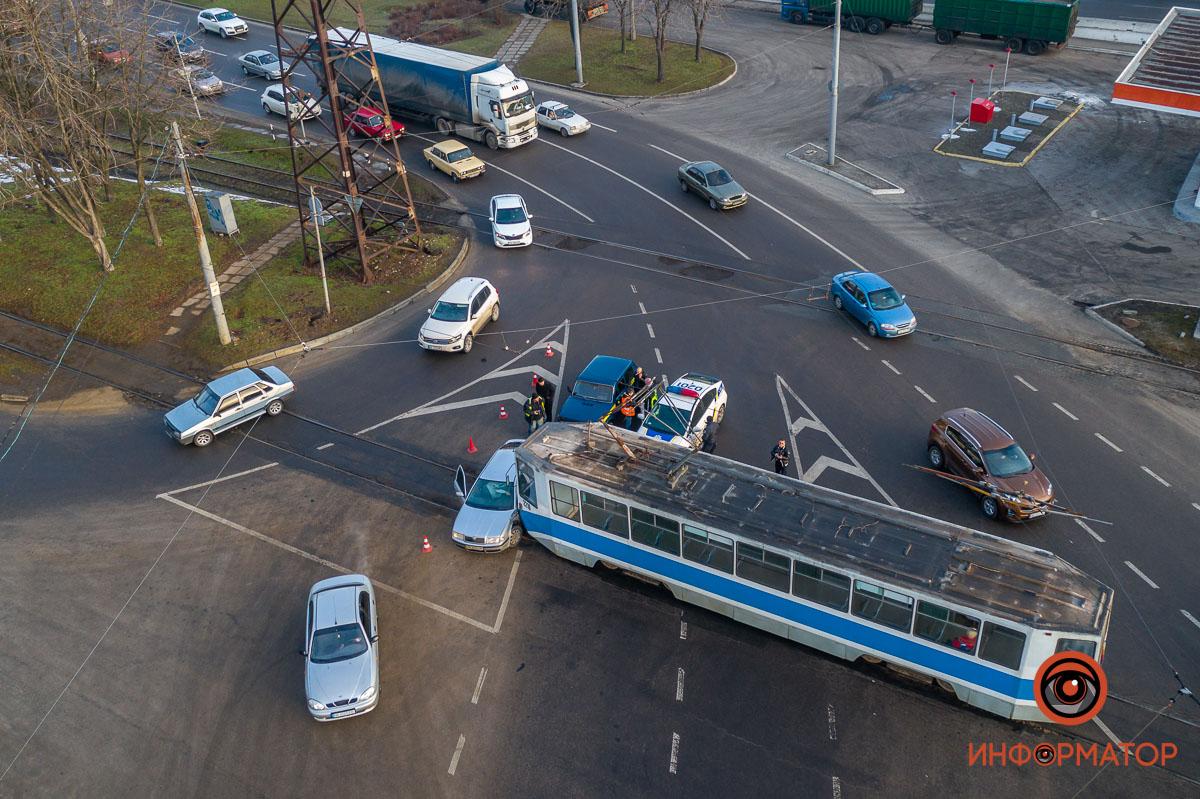 У Дніпрі зіткнулися трамвай і Skoda: рух заблоковано