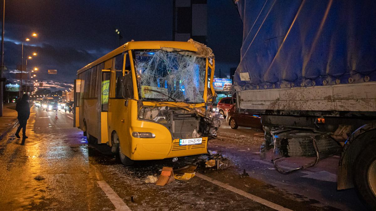 В Киеве маршрутка влетела в МАЗ: пострадавших больше десятка