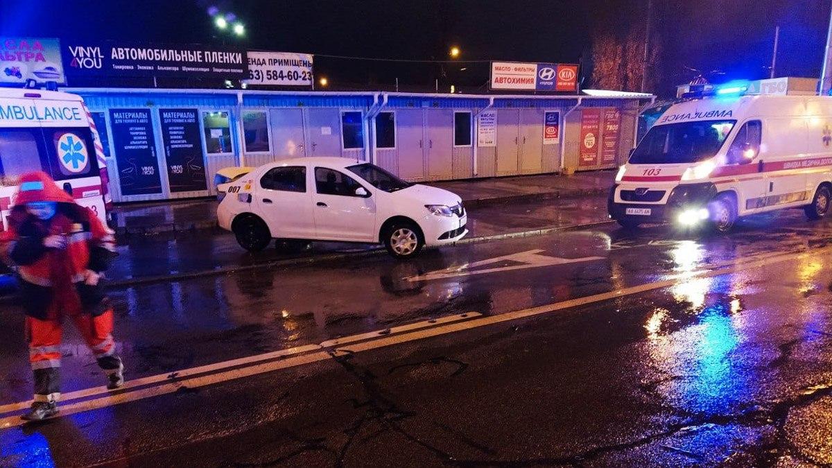 В Киеве на Перова столкнулись «скорая» и Renault: легковушку отбросило на тротуар