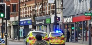 В Лондоне вооруженный мужчина ранил двоих прохожих