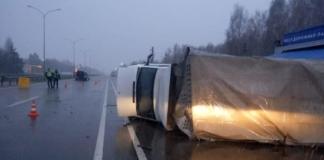 На трассе Киев-Харьков Mercedes влетел в грузовик и перевернул его, есть пострадавшие (ФОТО)