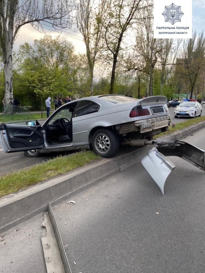 У Запоріжжі водій без посвідчення влаштував перегони з патрульними и влетів у бетонний роздільнік