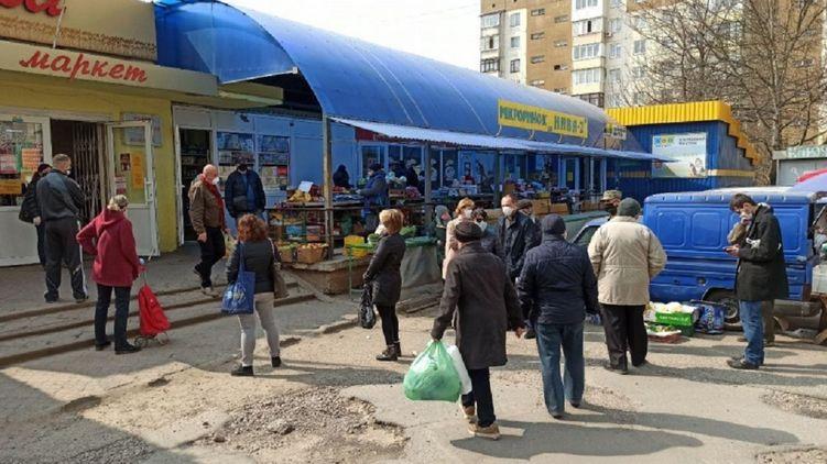 В Черновцах перед ужесточением карантина образовались очереди в продуктовые магазины