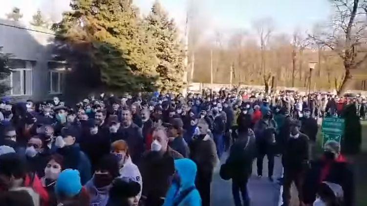 В Кривом Роге тысячи работников стояли в очереди за пропусками для проезда в общественном транспорте (ВИДЕО)