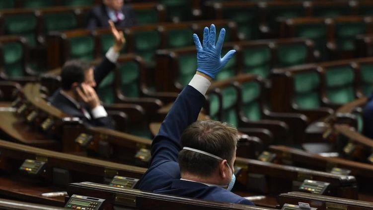 В Польше глава Минздрава призвал отложить выборы президента страны на два года