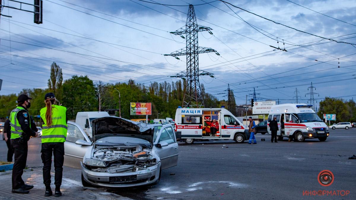 В Днепре столкнулись Opel и ВАЗ: водитель и пассажир вылетели из машины (ВИДЕО)