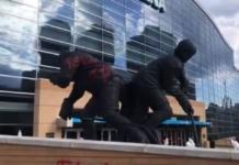 В США нарисовали серп и молот на статуе легендарного хоккеиста
