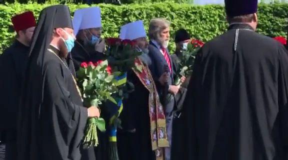 Делегація з лаври на чолі з Онуфрієм і Новинським прийшли в Парк Вічної Слави на акцію 9 травня