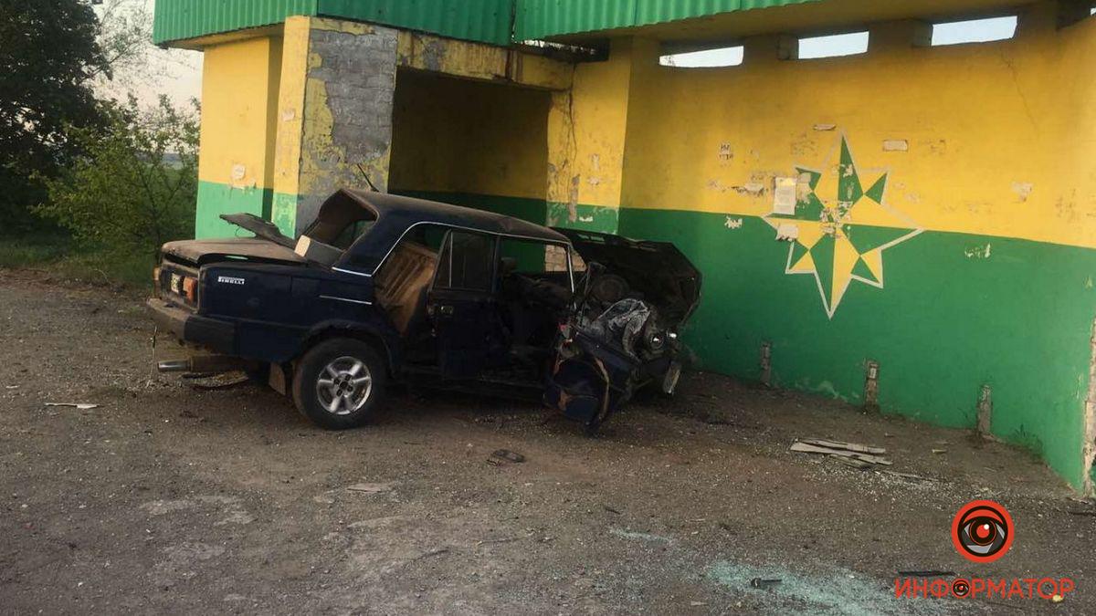 В Днепре ВАЗ въехал в остановку: пассажира увезла скорая