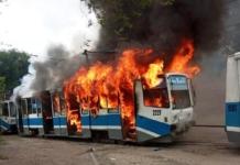 В Днепре на ходу вспыхнул трамвай с пассажирами (ФОТО, ВИДЕО)