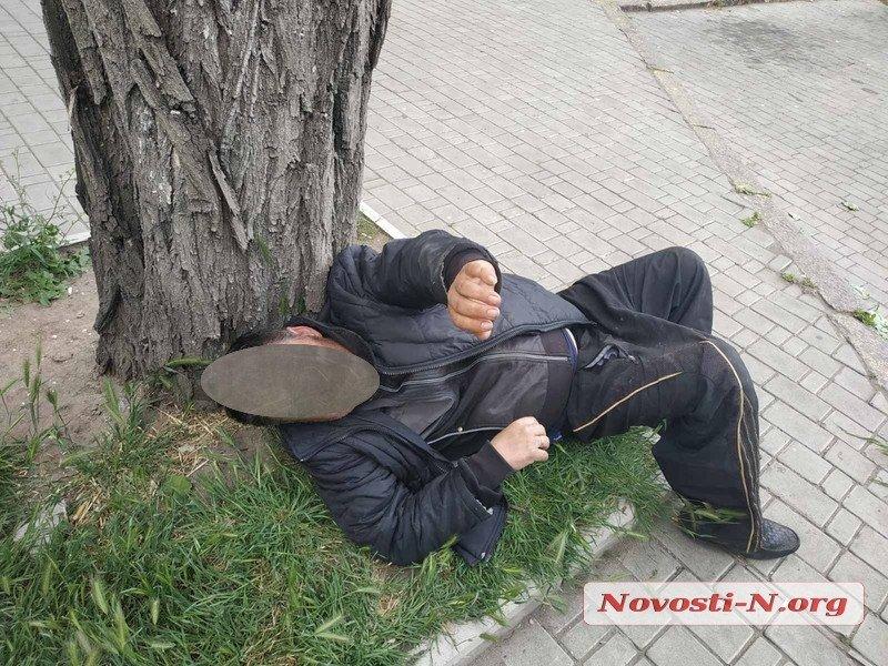 В Николаеве пьяный таксист уснул на тротуаре. В салоне его авто нашли наркотики