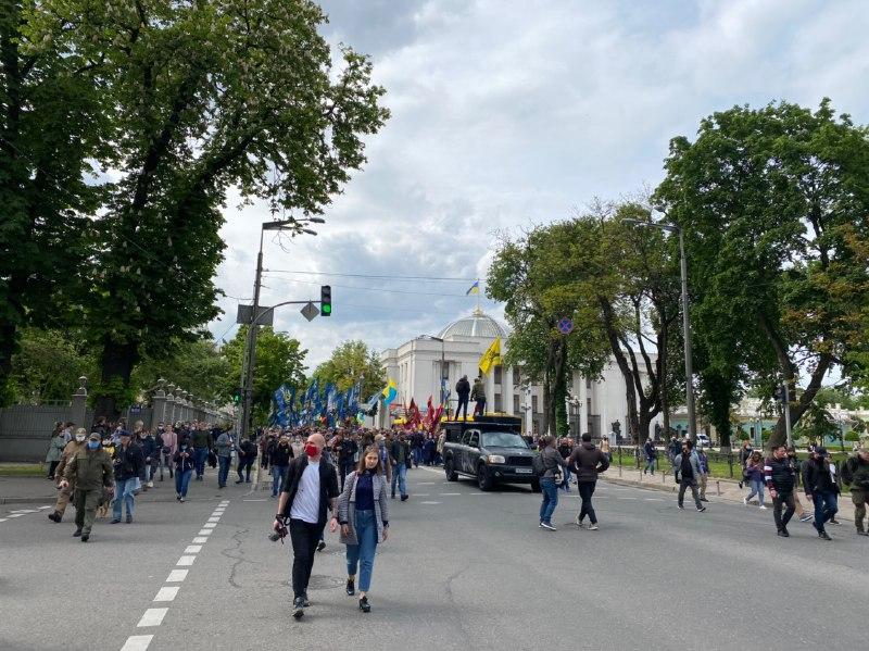 """Учасники акції """"Стоп реванш"""" прийшли додому до Зеленського"""