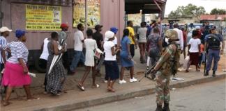 У Південній Африці люди вишикувалися у черги за алкоголем