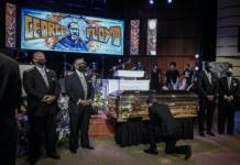 Мэр Миннеаполиса встал на колено и расплакался перед гробом Джорджа Флойда (ВИДЕО)