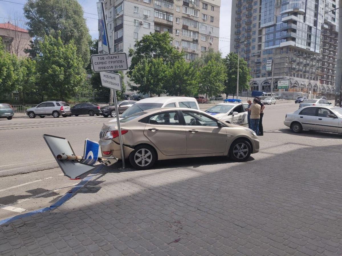 В Днепре Volkswagen въехал в припаркованный Hyundai: пострадала девушка
