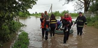 Спасатели эвакуируют людей из-за мощного паводка на Прикарпатье