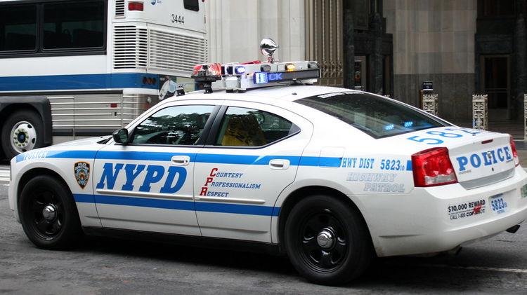 Мэр Нью-Йорка грозит сократить финансирование местной полиции