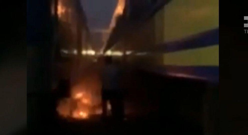 В Киеве на ж/д вокзале парень вылез на крышу поезда и загорелся