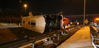 В Турции туристический автобус влетел в бетонную стену и перевернулся (ВИДЕО)