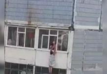 В Запорожье пенсионерка повисла на балконе девятого этажа