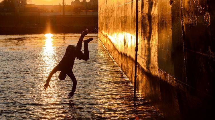 В Одесском порту моряк-иностранец бросился в море, чтобы получить страховку