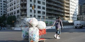 В Нью-Йорке сотни людей, потерявших работу из-за COVID-19, выстроились в очередь за едой (ФОТО)